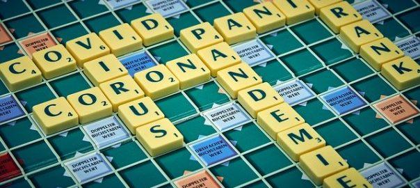 Corona Texte auf Scrabble Spielbrett
